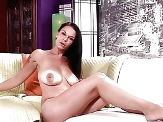 Veronica Green Uses A Hitachi To Get A Moist Orgasm